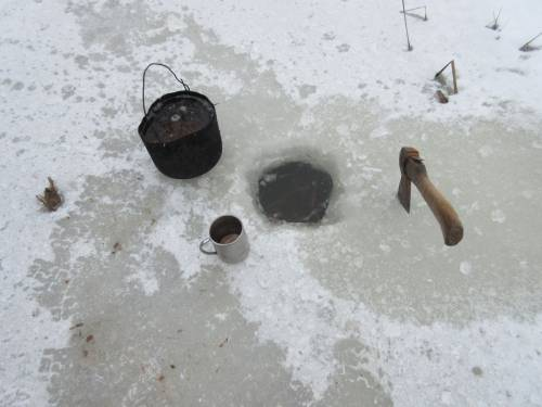 Добыча воды из канала возле д. Шишки для организации ночлега